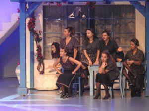 Anja Strajnar nastopa v muzikalu Mamma mia nastopa v pevsko-plesni vlogi domačinke.